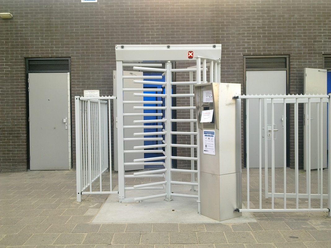 https://www.svtech.ro/wp-content/uploads/2017/01/Poartă-de-acces-înalte-fullheight-T-2500D.jpg
